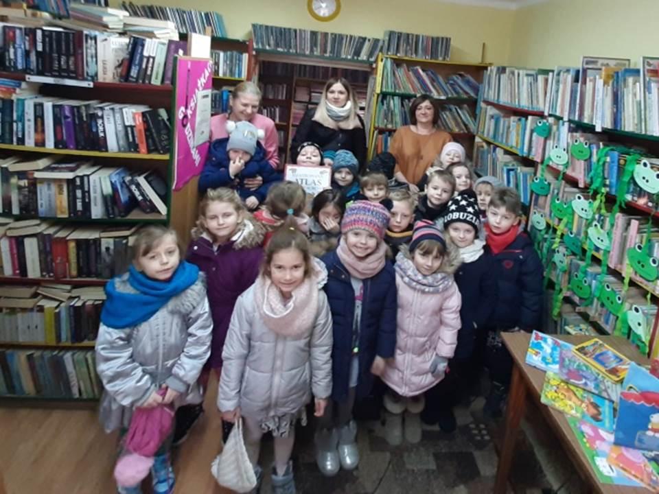 Zdjęcie grupowe przedszkolaków.