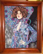 Obraz haftowany krzyżykiem przedstawiający kobietę.