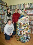 Trzy klubowiczki przy choince z książek.