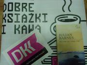 Omawiana książka na tle plakatu DKK.